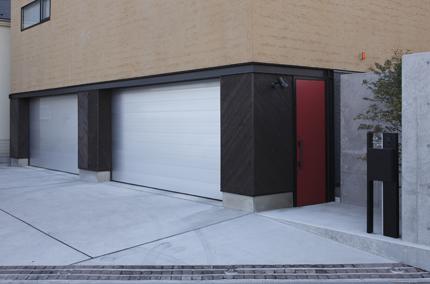 赤い玄関ドア(トリミングして下さい)